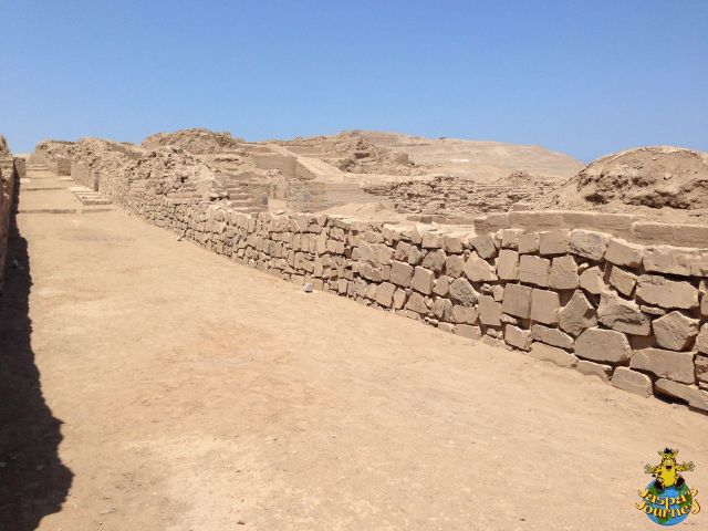 Calle Norte-Sue to the right of which are the 'Pyramids with Ramps' (Ychma culture 900-1470 AD)